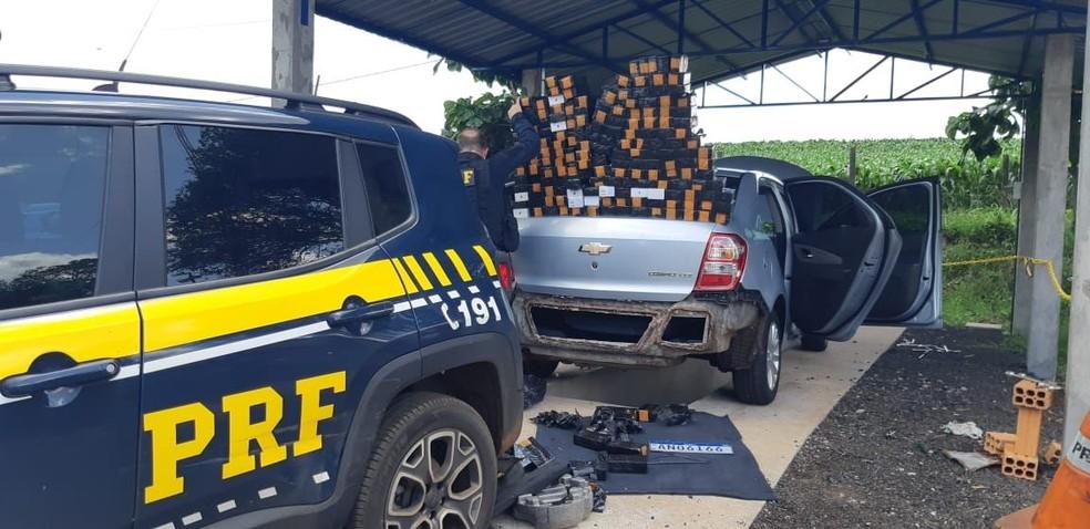 Motorista é preso com celulares escondidos em fundo falso de carro, na BR-277 — Foto: Divulgação/PRF