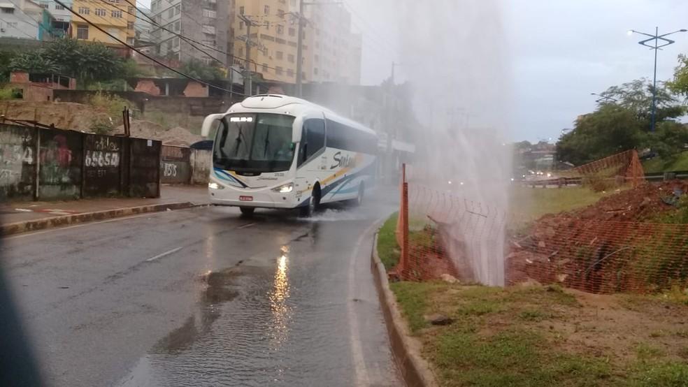 Vazamento foi registrado na Estrada da Rainha, em Salvador — Foto: Cid Vaz/TV Bahia