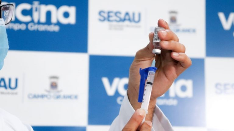 Campo Grande esgota primeira dose e vacina exclusivamente dose de reforço neste sábado
