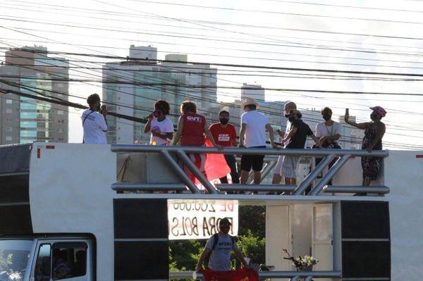 Manifestantes fazem protesto a favor da vacina e contra Bolsonaro em Vitória
