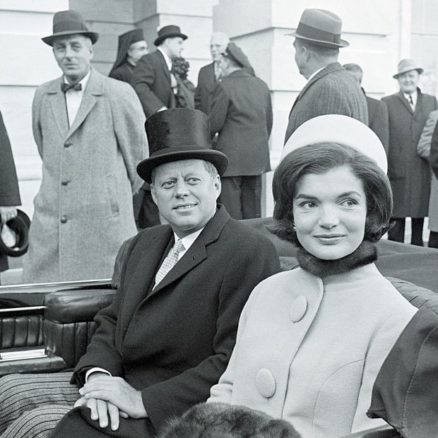 Jacqueline Kennedy usando o chapéus pillbox de Halston ao lado de seu marido John F Kennedy (Foto: Getty Images)