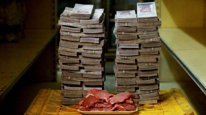 Pilhas de bolívares venezuelanos equivaliam a 1,45 dólares em 16 de agosto. Na foto, esse tanto de dinheiro é o necessário para comprar 1 kg de carne (Foto: Reuters via BBC)