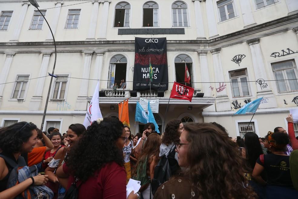 Manifestação de estudantes em frente à Faculdade de Direito da UERJ, no Centro do Rio, nesta sexta-feira (26). — Foto: Daniel Castelo Branco/Agência O Dia/ Estadão Conteúdo