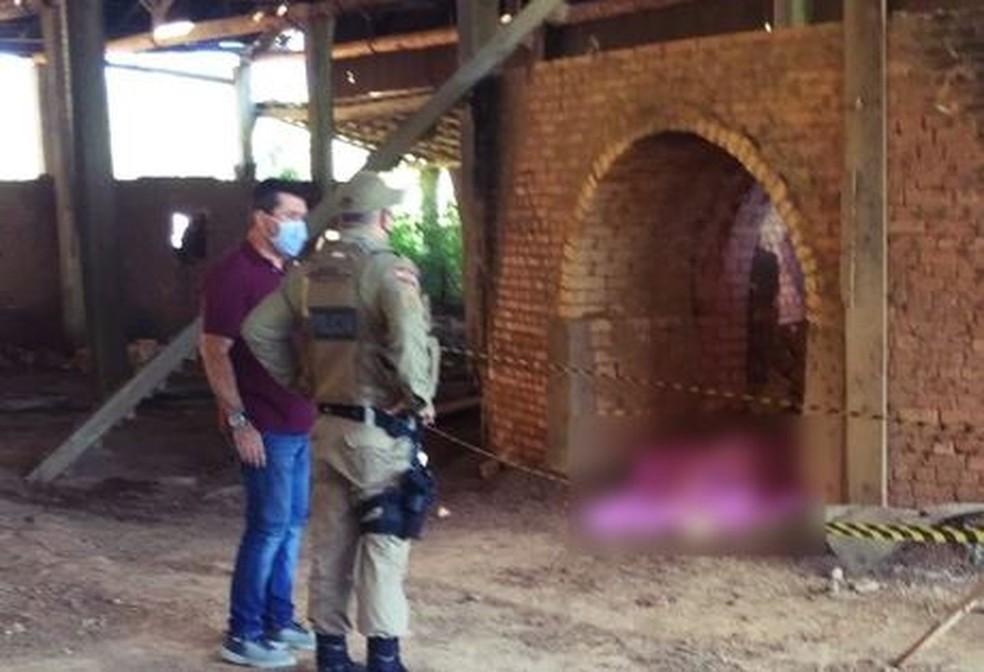 Polícia encontrou o corpo da mulher em cerâmica desativada  — Foto: Lucas Eccel/Rádio Clube fm 88.5