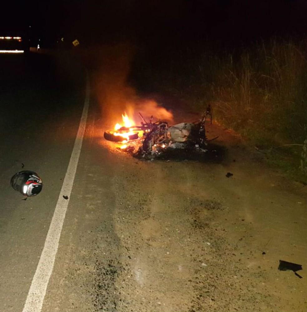 Homem morreu depois de bater de frente com o caminhão (Foto: Divulgação/PRF)