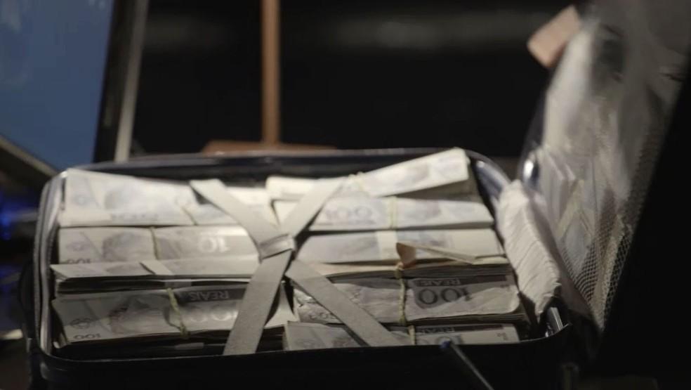 Valentina (Lilia Cabral) recebe de Olavo (Tony Ramos) uma mala repleta de dinheiro em 'O Sétimo Guardião' — Foto: TV Globo
