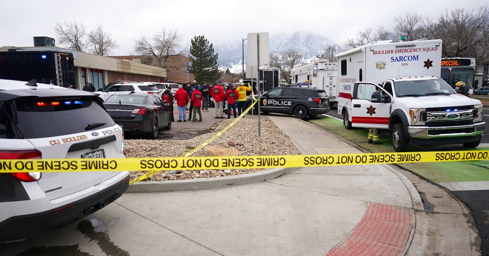 Policiais isolam arredores de mercado em Boulder, Colorado (EUA), após tiroteio nesta segunda-feira (22) — Foto: David Zalubowski/AP Photo