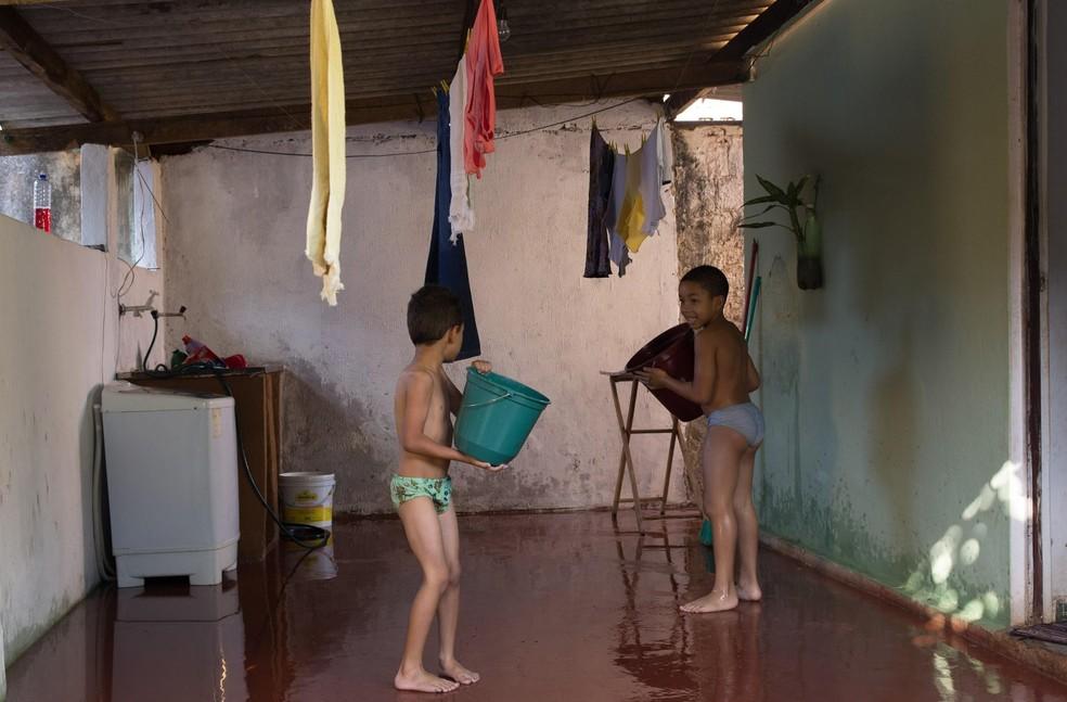 """Cena do filme """"A piscina de Caique"""" (2017), com direção e roteiro de Raphael Gustavo da Silva — Foto: A escola no cinema/Divulgação"""