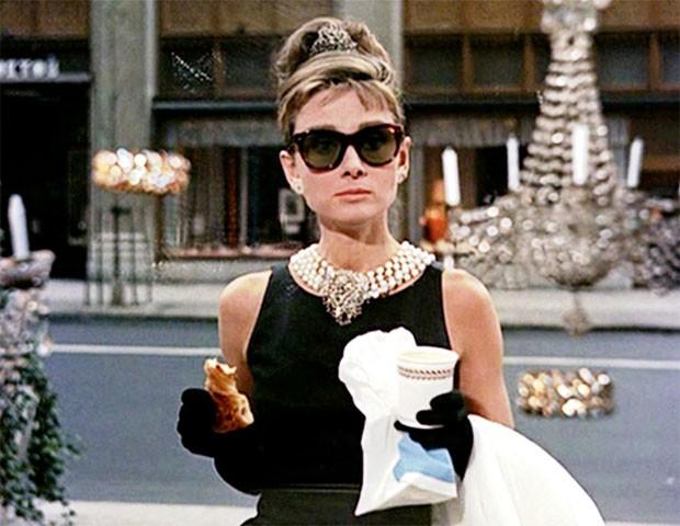 Audrey Hepburn em Bonequinha de Luxo com o famoso vestidinho preto Givenchy (Foto: Divulgação)