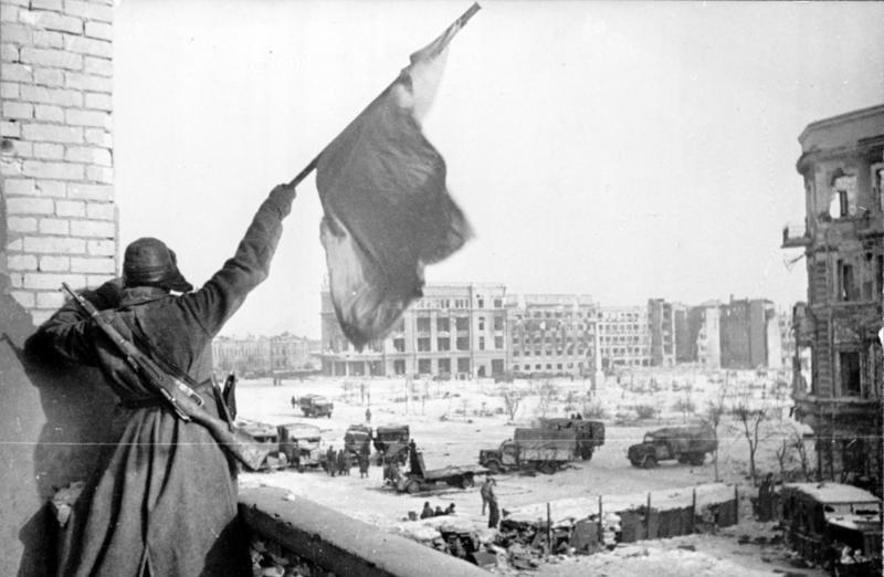 Soldado soviético realiza sinalização durante Batalha de Stalingrado (Foto: Wikimedia Commons)