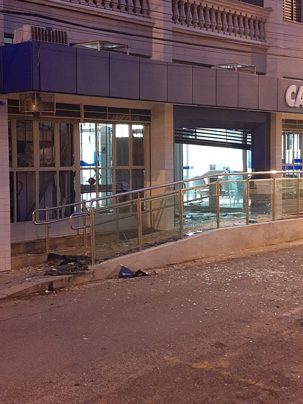 Criminosos explodiram caixas eletrônicos em São Gonçalo do Sapucaí (MG) — Foto: Alô Alô Cidade
