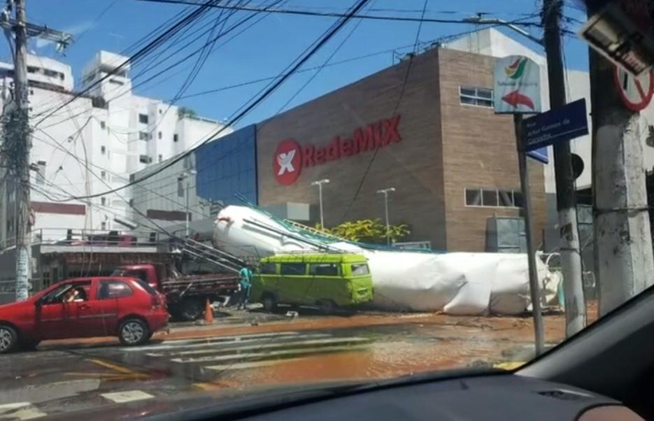 Estrutura de caixa d'água de supermercado desaba na Avenida Paulo VI, em Salvador