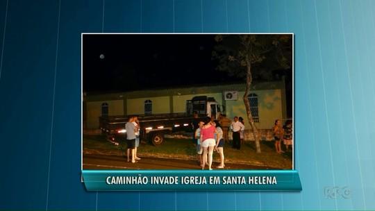 Motorista perde controle de caminhão e invade igreja em Santa Helena