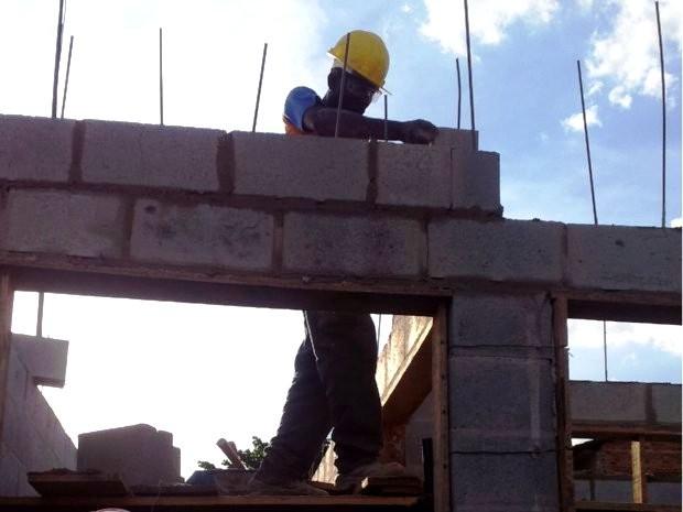 Número de trabalhadores na indústria de construção cai quase 60% no AC entre 2010 e 2019