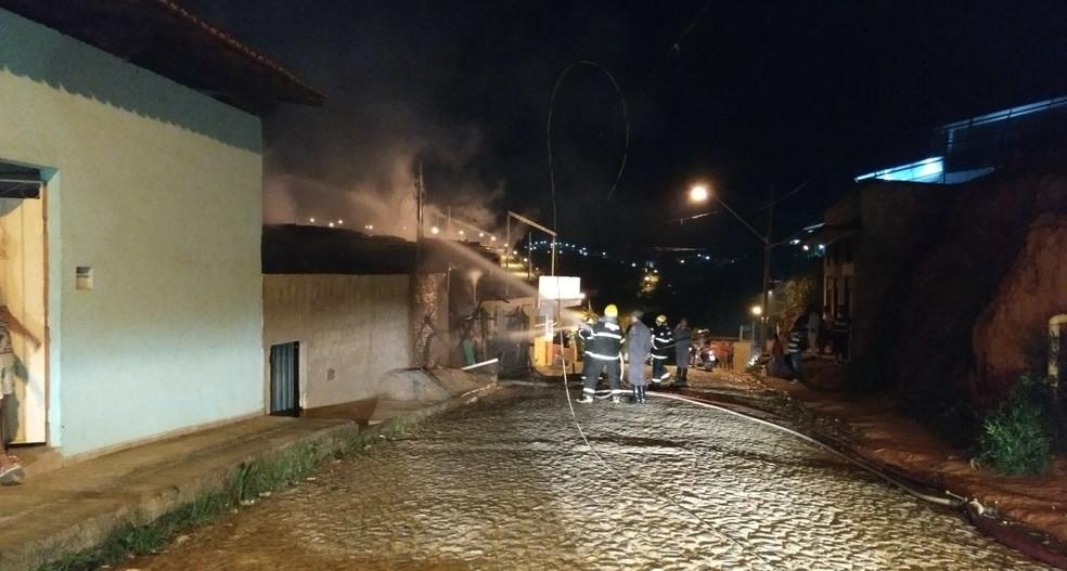 Bombeiros gastaram 4 mil litros de água para combater o incêndio (Foto: Corpo de Bombeiros/ Divulgação)