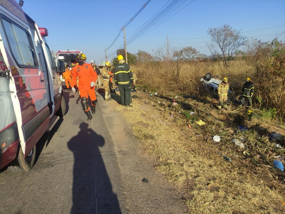 Carro invade parada de ônibus na BR-070, em Ceilândia, atropela pedestres e deixa dois mortos — Foto: CBMDF/Divulgação