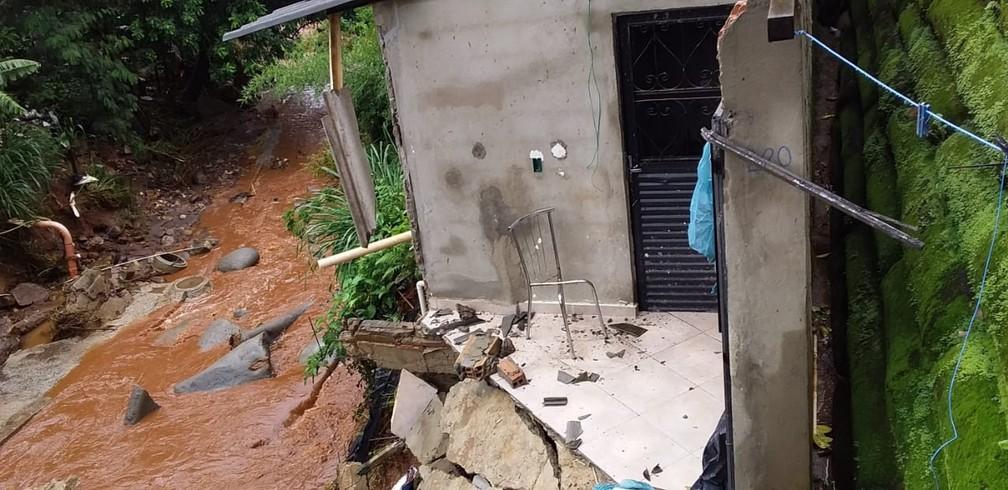Casa condenada no bairro Havaí por causa da força da água — Foto: Nilson Aparecido/Arquivo pessoal