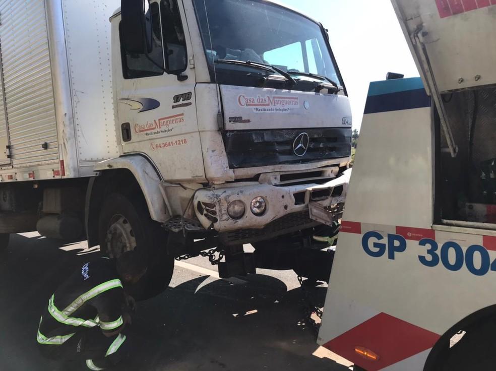 Caminhoneiro disse que o veículo apresentou uma pane e ele não conseguiu frear — Foto: Rafael Ferraz/TV TEM