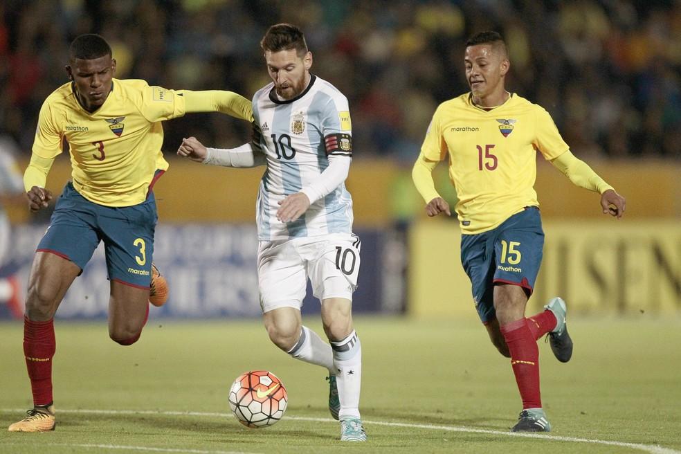 Arboleda (à esquerda) marcando Messi: indisciplina aconteceu antes de jogo contra a Argentina (Foto: EFE)