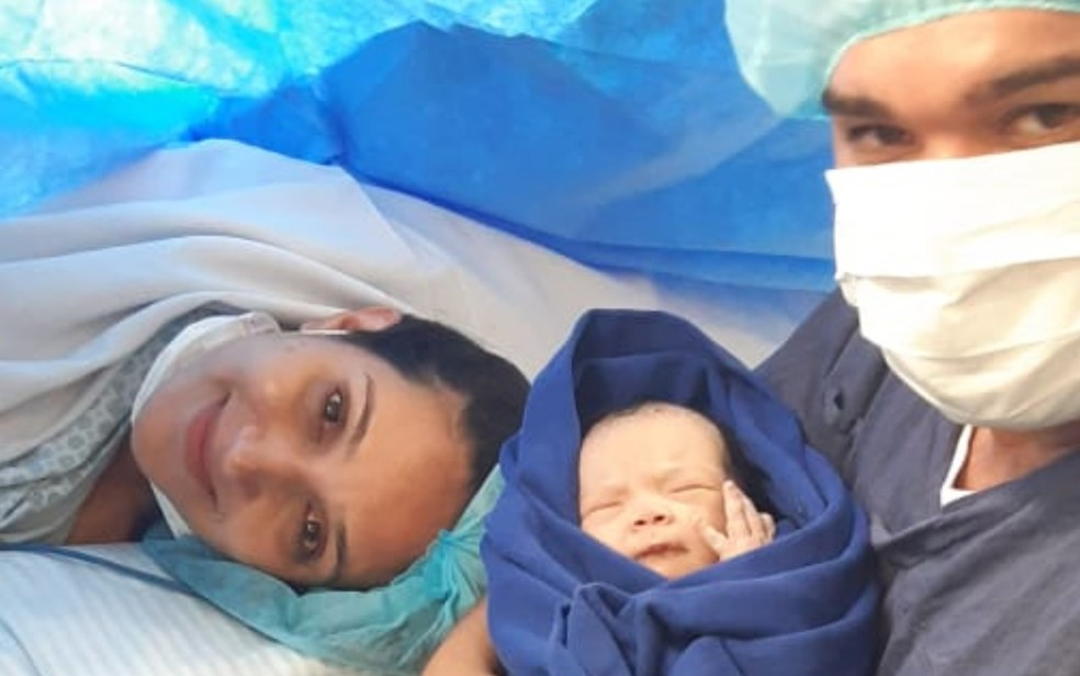 Gabriella, Elisa e o pai após o parto em São Paulo Senador Canedo Goiás — Foto: Reprodução/Arquivo pessoal