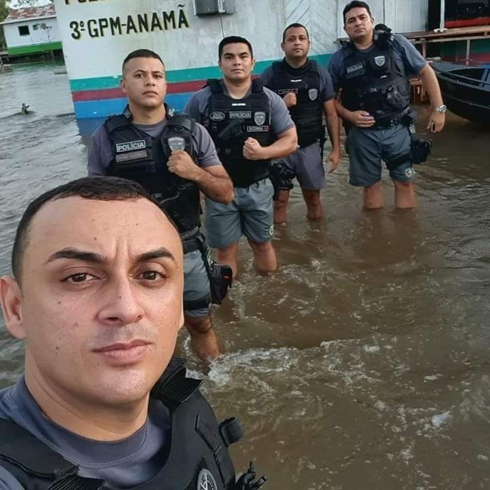 Policiais do 3º Grupamento de Polícia Militar (GPM) usam fardamento de educação física para atuarem durante cheia em Anamã. — Foto: Divulgação/Polícia Militar