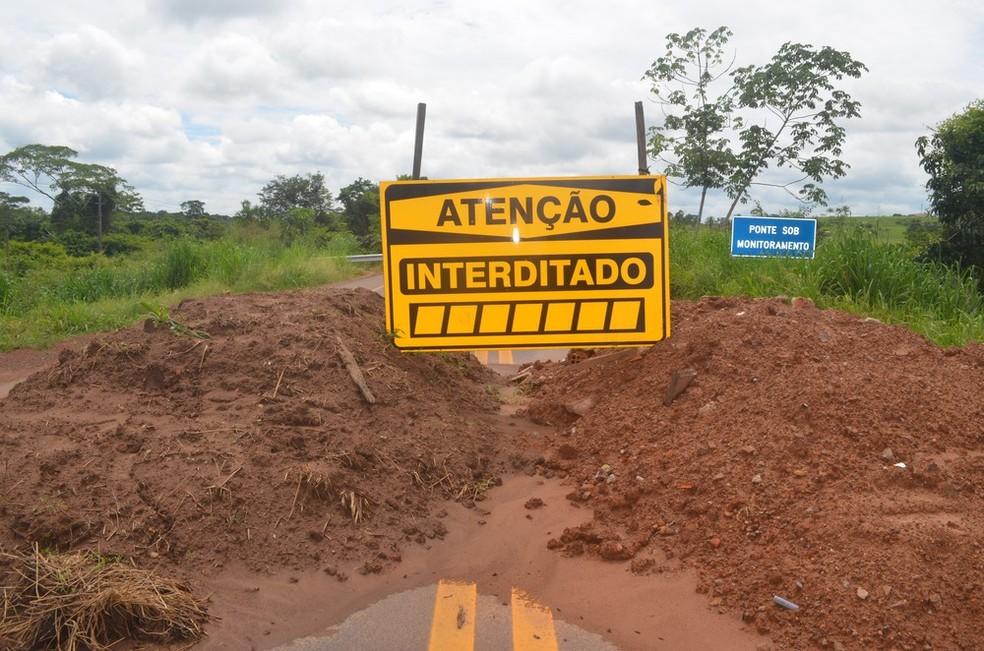 Obras para reforçar a estrutura estão sendo feitas por equipes do DNIT.  — Foto: Magda Oliveira/G1