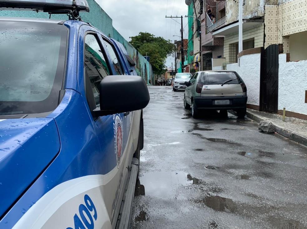 Policial foi baleado quando equipe passava pela Rua Emídio Pio Sucupira, em Santa Cruz — Foto: Divulgação/TV Bahia