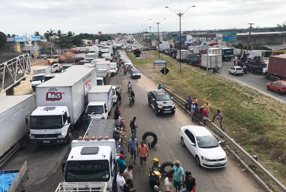 Na BR-101, caminhoneiros protestam desde o início da semana. (Foto: Kleber Teixeira/Inter TV Cabugi)