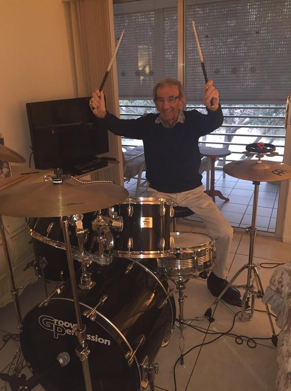 Aos 89 anos, Saul resolveu montar uma banda de klezmer. Hoje, aos 94, faz shows ao redor do mundo. — Foto: Reprodução/Facebook Saul Dreier