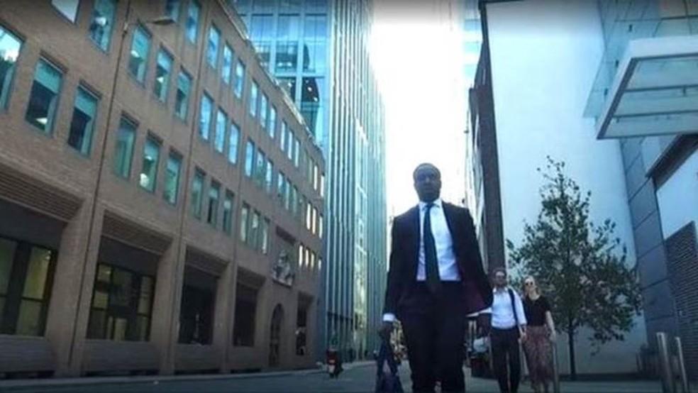 Aos 23 anos, Reggie trabalha no distrito financeiro de Londres (Foto: Cebo Luthuli/BBC)