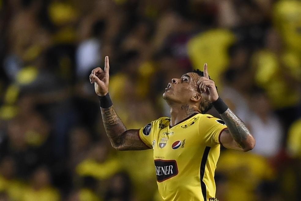 Jonathan Álvez, do Barcelona: atacante uruguaio está na mira do Flamengo. Ele tem contrato até dezembro de 2018 com equatorianos (Foto: Rodrigo Buendía/AFP)