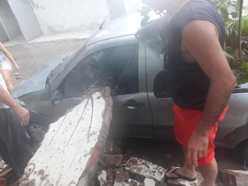 Muro caiu em cima de carros na Rua São Bento do Una, em Caruaru  — Foto: Gustavo Henrique Pessoa/Arquivo pessoal