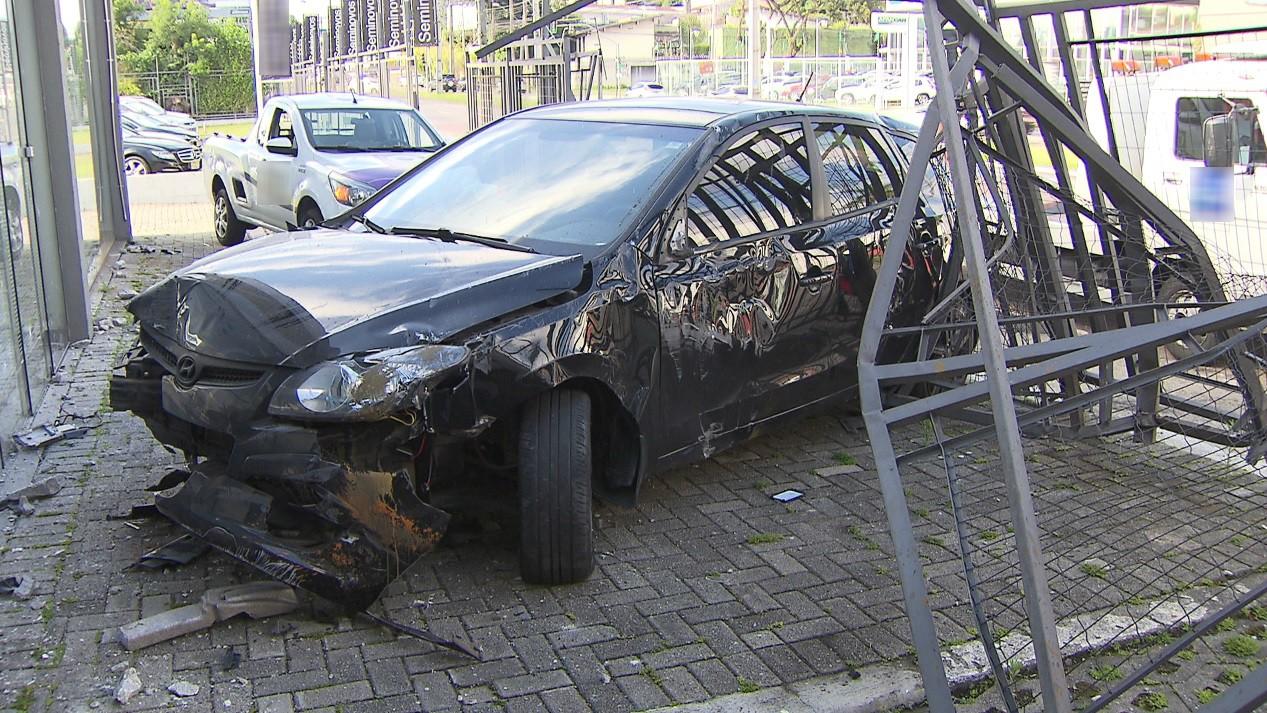 Motorista é preso após carro invadir loja no bairro Seminário, em Curitiba