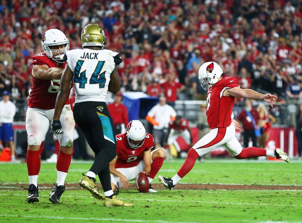 Phil Dawson vai para o chute da vitória dos Cardinals sobre os Jaguars (Foto: Mark J. Rebilas-USA TODAY Sports/Reuters)