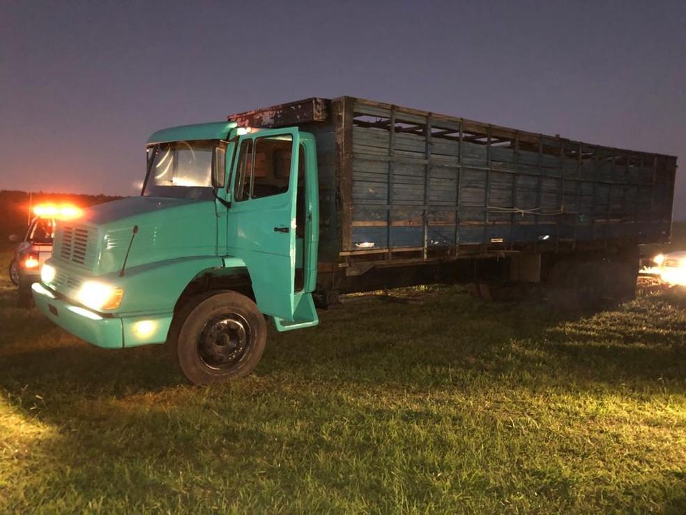 Motorista do caminhão não foi encontrado pelos policiais na BR-153 em Marília  — Foto: Polícia Rodoviária Federal / Divulgação