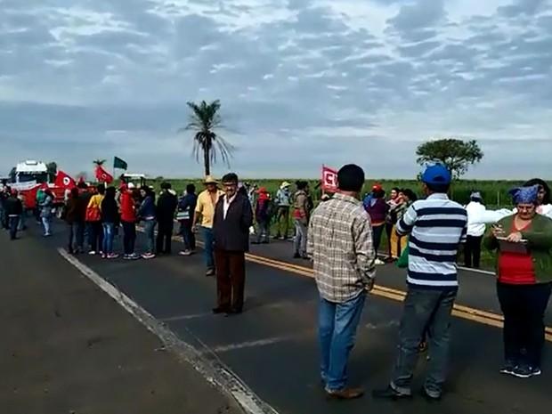 Integrantes do MST e movimentos sociais fecharam a BR-153  (Foto: Joaquim Brito/ Arquivo Pessoal )