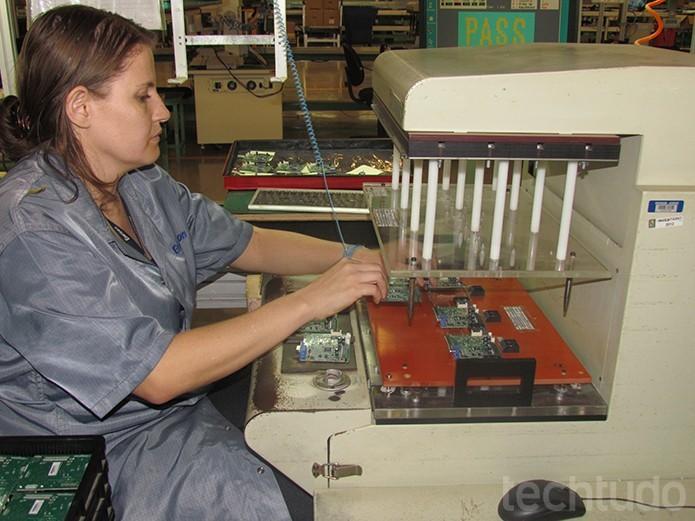 Equipamento de teste dos circuitos verifica o funcionamento de 3 mil placas por dia (Foto: TechTudo/Paulo Alves)