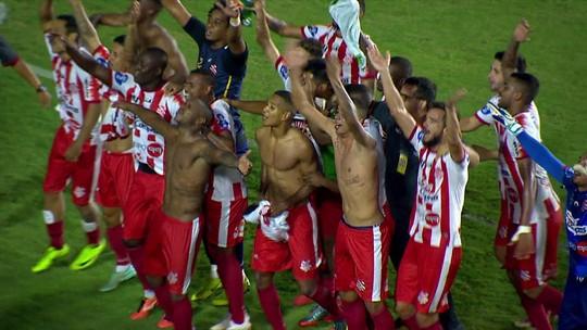 Bangu faz a festa após classificação em São Januário. Atletas e integrantes da comissão técnica choram