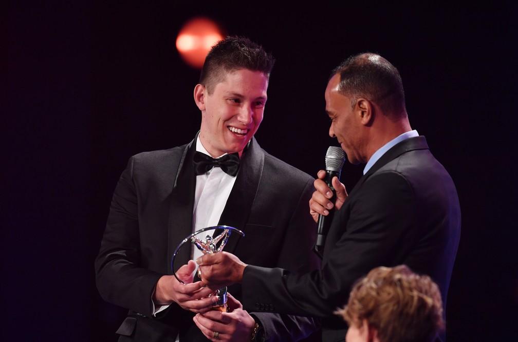 Jackson Follmann representa a Chapecoense ao receber prêmio de Cafu no Laureus em 2018 — Foto: Getty Images