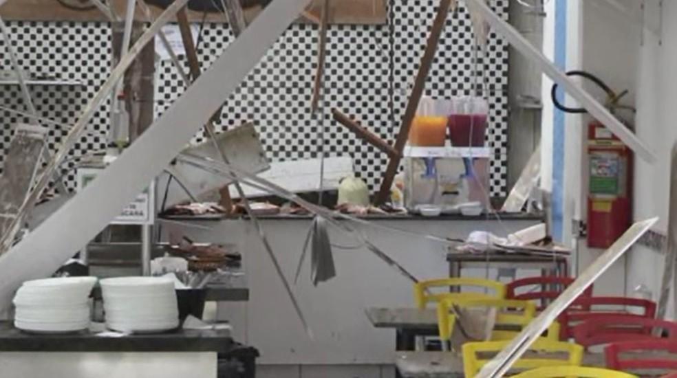 Forro e parte do telhado de restaurante desabou após explosão — Foto: Reprodução/RPC