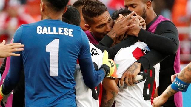 Guerrero consola Cueva após pênalti perdido pelo Peru contra a Dinamarca