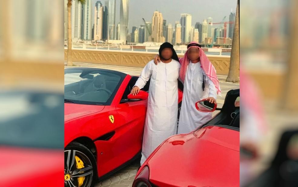 Integrantes do grupo posam com Ferraris, em Dubai — Foto: Polícia Civil/Divulgação