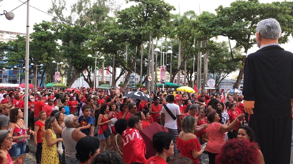 Ato pediu liberdade do ex-presidente Lula no Centro do Recife neste domingo (7) — Foto: Marina Meireles/G1