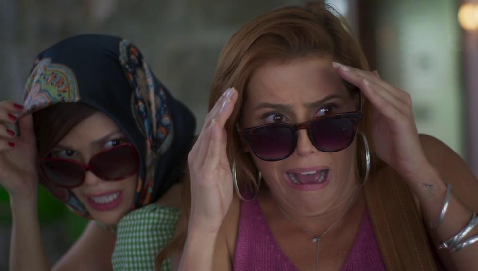 Alexia (Deborah Secco) e Kyra (Vitória Strada) se desesperam com o que avistam em 'Salve-se Quem Puder' — Foto: Globo
