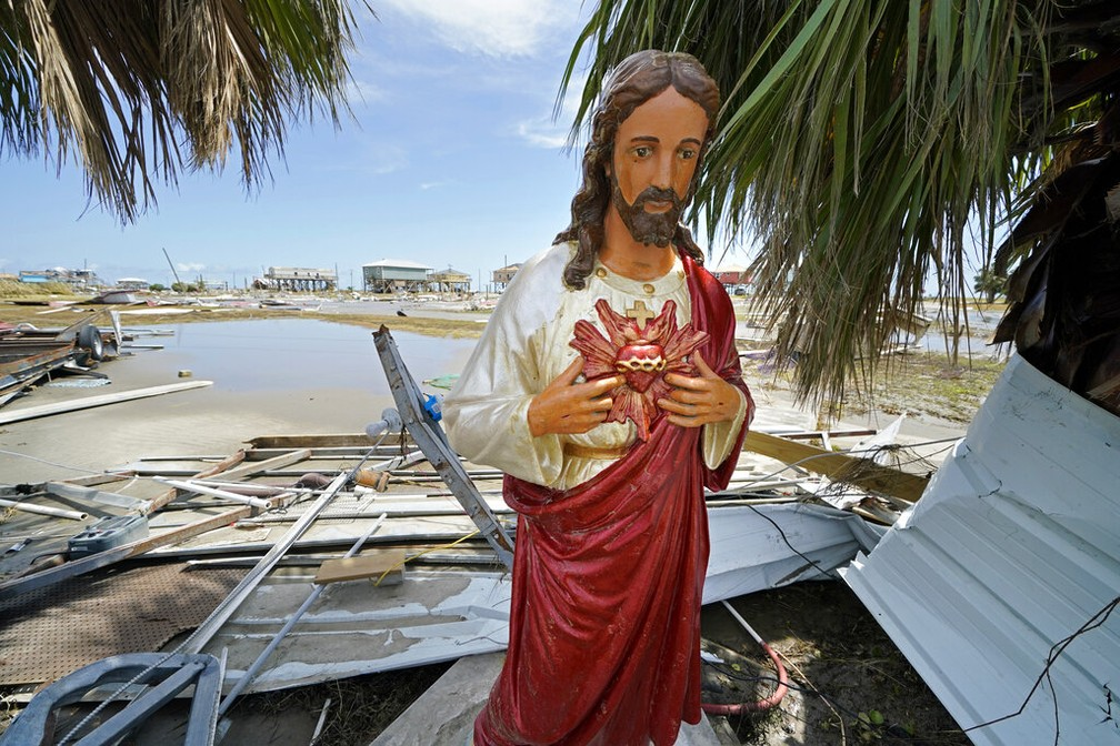 Moradores de Holly Beach, em Louisiana, levantaram estátua de Jesus Cristo derrubada pelo furacão Laura — Foto: Gerald Herbert/AP Photo