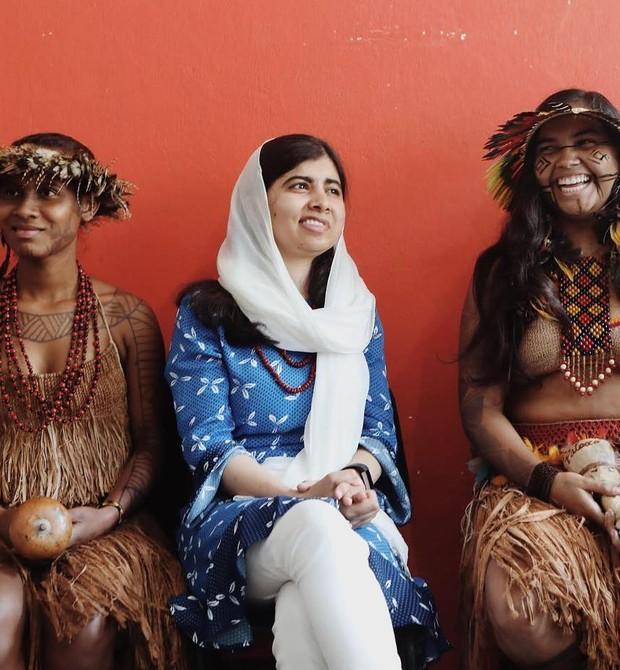 A ativista com índias das tribos Tupinambá e Pataxó (Foto: Reprodução / Instagram)