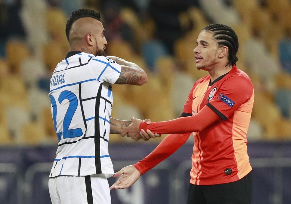Vidal e Taison em empate sem gols na Champions League entre Inter de Milão e Shakhtar Donetsk — Foto: Valentyn Ogirenko/Reuters