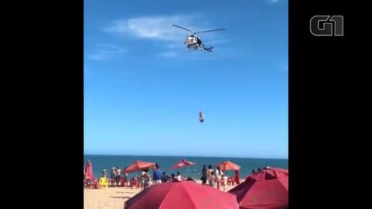 Jovem é resgatado do mar com ajuda do helicóptero da PM; veja o vídeo
