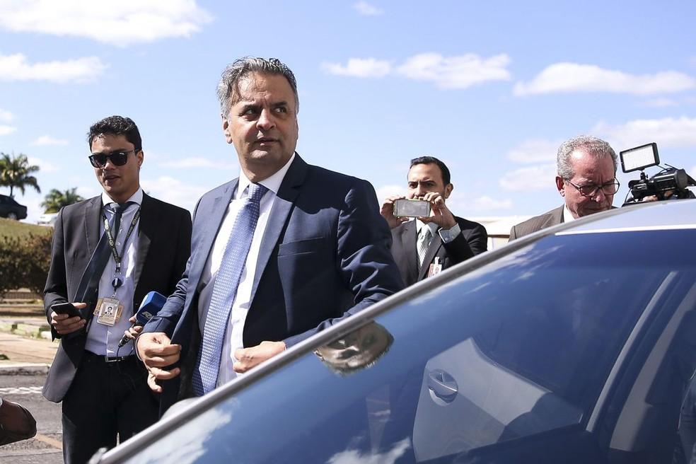 O senador Aécio Neves ao chegar ao Senado, em imagem de dezembro do ano passado (Foto: Marcelo Camargo / Agência Brasil)