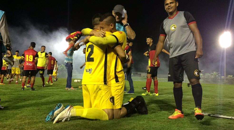 Após a classificação do Globo FC, Dasaev e Rafael se abraçam (Foto: Augusto Gomes/GloboEsporte.com)